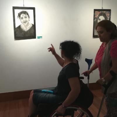 Yolanda Juzgado contemplando su autoretrato